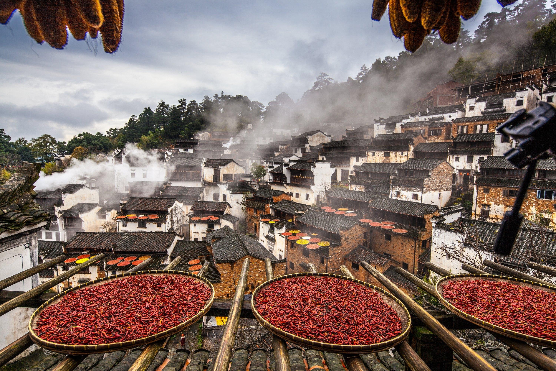简介:景德镇陶瓷学院概况瓷器是中华民族的伟大发明,它的产生和发展丰富了人类文化的内涵,推进了人类文明的进程。在江西的东北部有一座举世闻名的历史文化名城,它就是瓷都景德镇。景德镇生产陶瓷的历史长达两千多年,自宋代以后,便在中国陶瓷发展史上独领风骚,形成了独特的陶瓷文化氛围。它不仅是中华民族古代文化的一个精湛的典型,也是人类文明史上一颗不断放射光芒的明珠。1958年,中国迄今为止唯一的一所陶瓷高等学府------景德镇陶瓷学院就在这座千年古镇诞生了,从而翻开了中国陶瓷高等教育的新篇章。她的前身是1909年创办